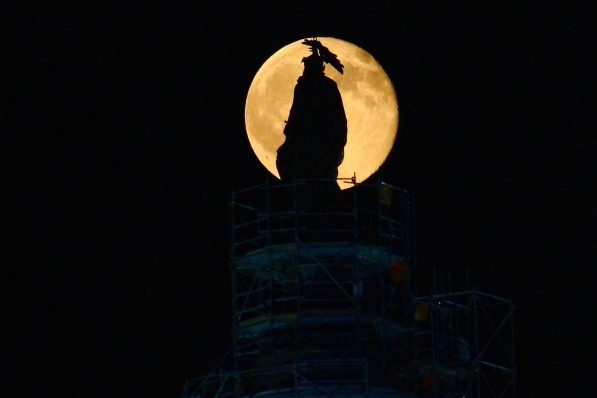 full-buck-moon-above-capitol-at-the-bands-practice-for-4th-of-july-celebration-this-week_19184052068_o
