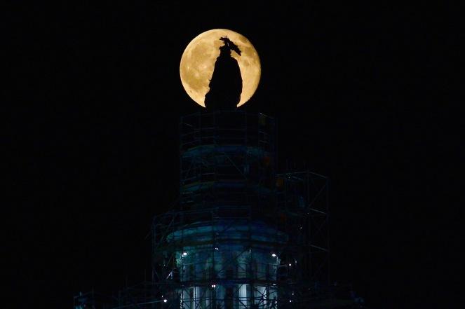 full-buck-moon-rises-over-the-us-capitol_19325839248_o