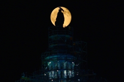 full-buck-moon-rises-over-the-us-capitol_19326475759_o