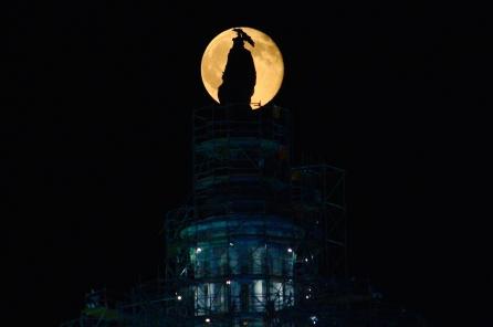 full-buck-moon-rises-over-the-us-capitol_19326475759_o