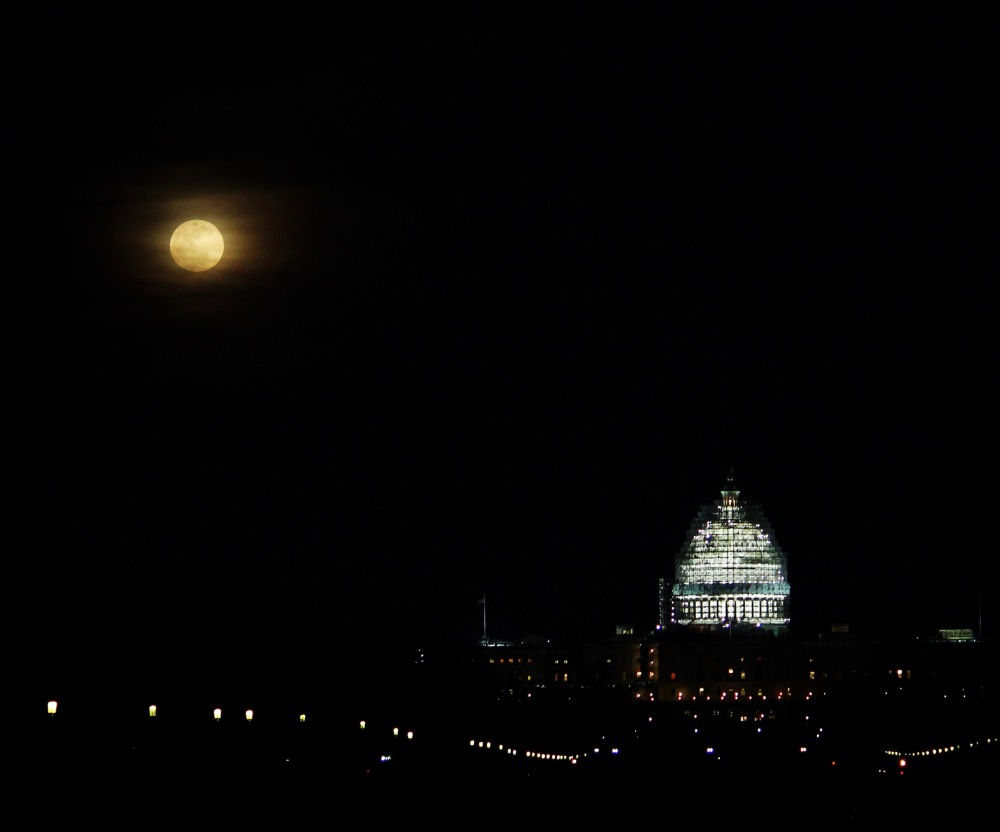 gorgeous-moon-rises-over-dc-tonight_25178518326_o